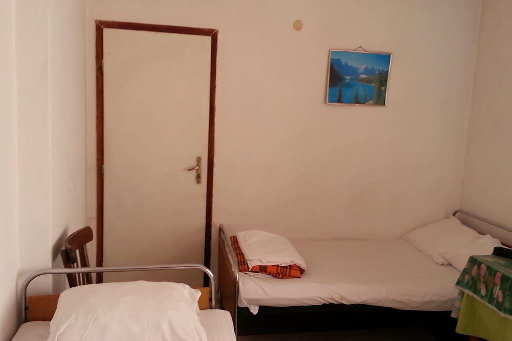 комната 1 для семьи 3 кровати (одна 2-х спальная) шкаф