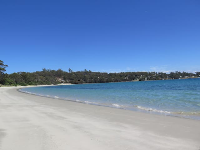 Put your feet up at Wedge Bay Retreat - White Beach