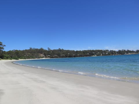 Relax at the beach in comfort at Wedge Bay Retreat