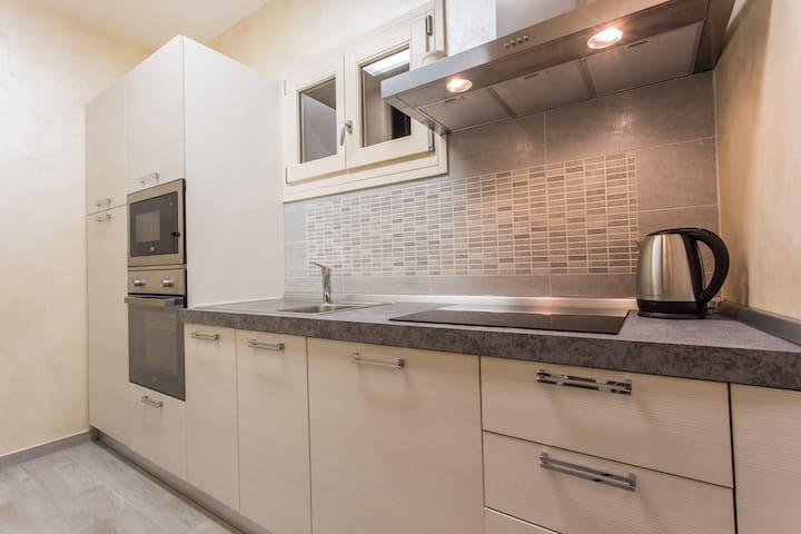 Cucina con lavastoviglie,micronde,piano cottura e bollitore