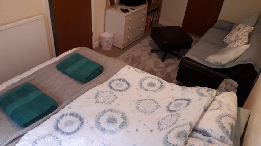 Clean double room in family home