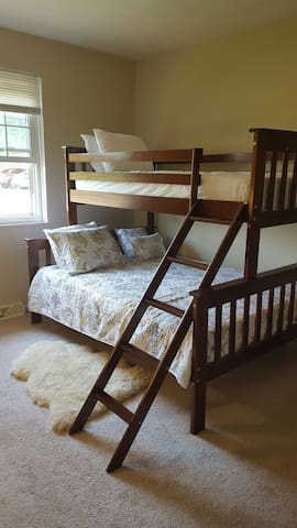 Cozy bunkbed sleeps 3 people! - North Olmsted - Daire