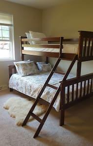 Cozy bunkbed sleeps 3 people! - North Olmsted - 公寓