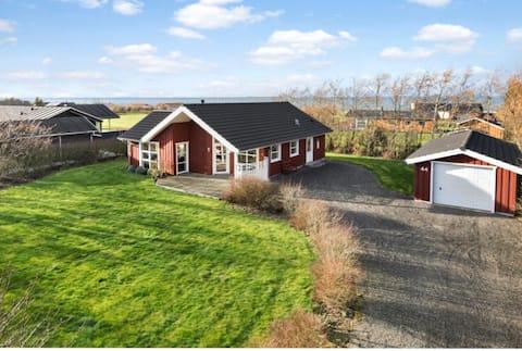 Sommerhus med udsigt over Limfjorden.