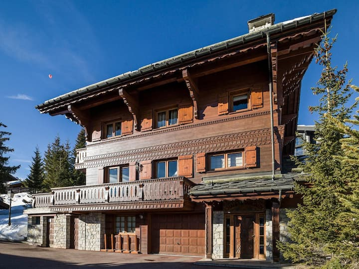 Beautiful Spacious Chalet with Hot Tub in Courchevel