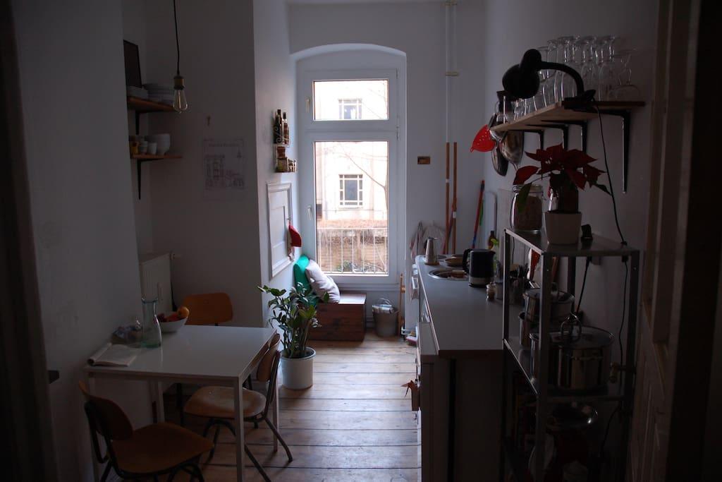 Küche mit Tisch und Sitzgelegenheit am Fenster