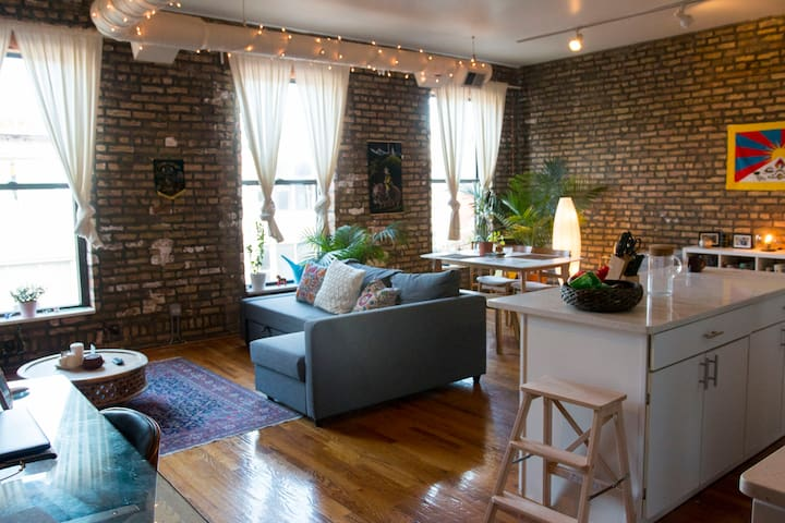 Spacious Eclectic Loft, Heart of Wicker Park