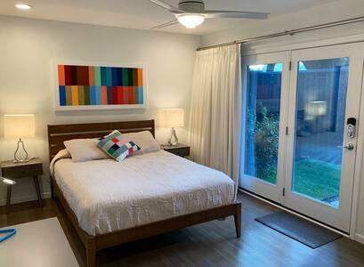 Cozy Bedroom Close to Love Field