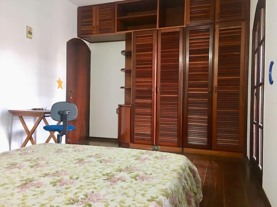 Amplo armário