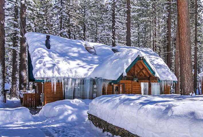 South Lake Tahoe Retreat Cabin, Hot Tub and Games!