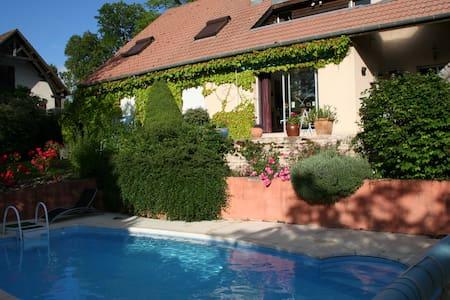 Jolie maison lumineuse et confortable - Mirebeau-sur-Bèze - บ้าน