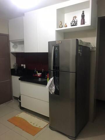 Quarto em apartamento  amplo e bem localizado.