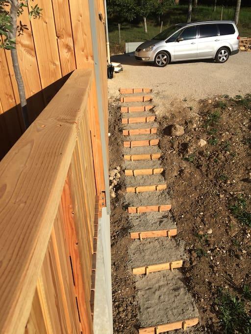 L'escalier menant à la partie indépendante en rez de jardin