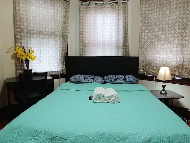 Private queen room BKF close to busstop