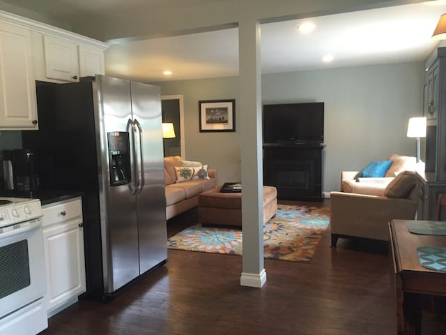 Pet Friendly 2 Bedroom Flat - Traverse City - Apartmen
