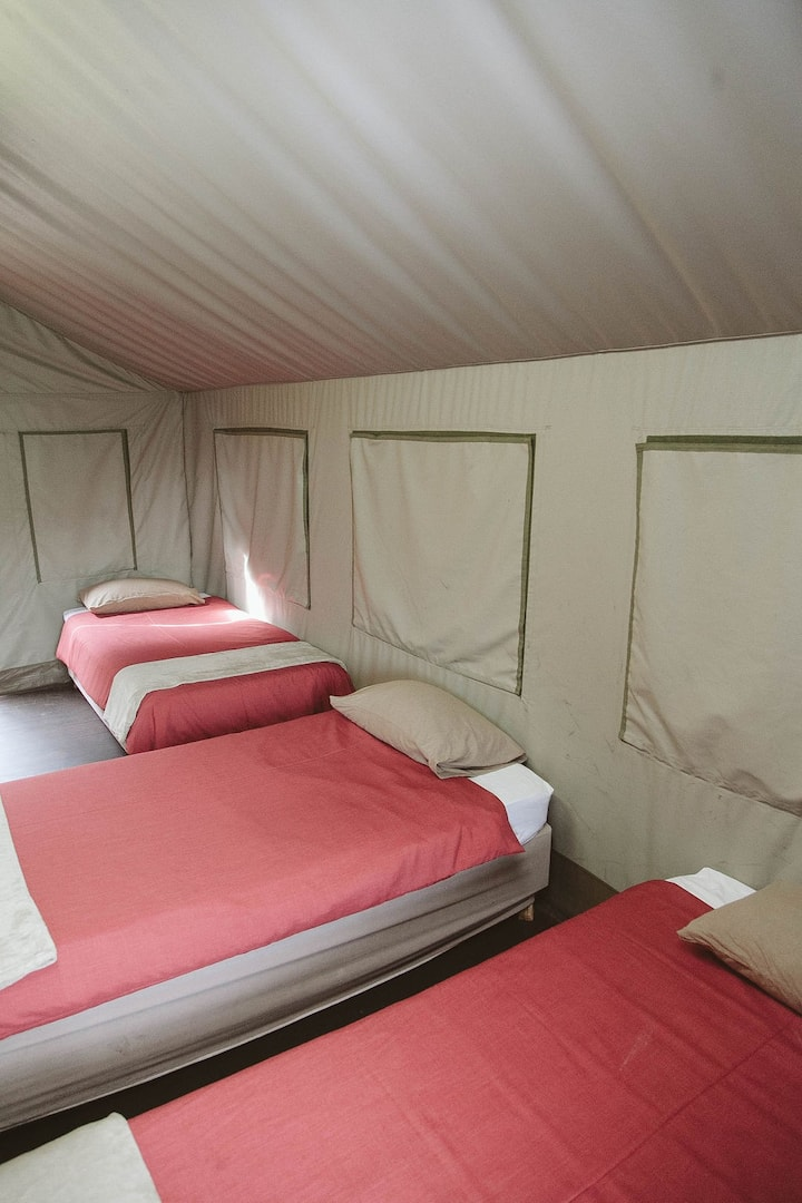 Lovely 4sleeper in tent with lovely view of a dam