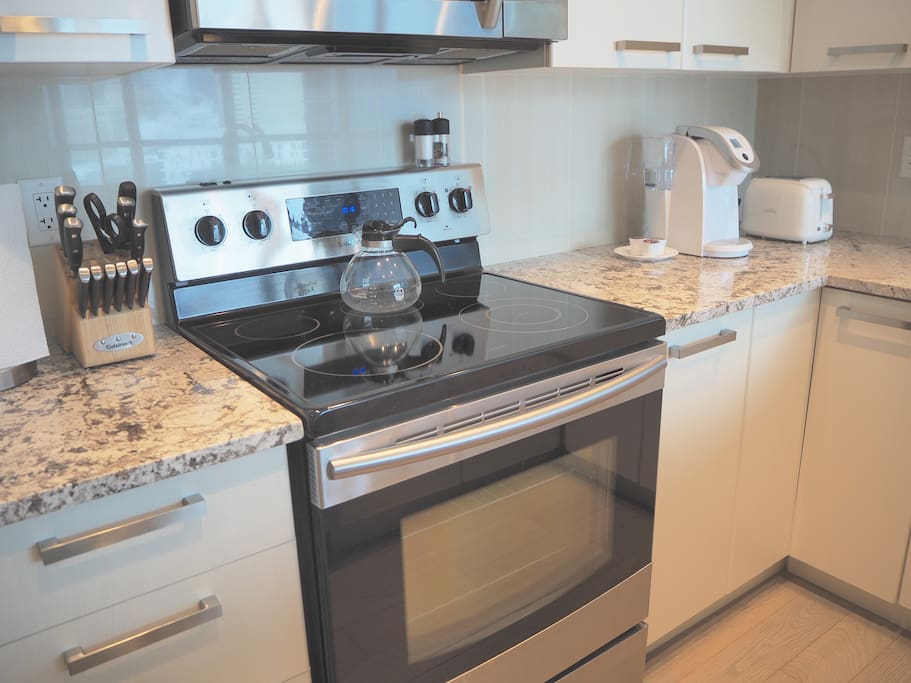 Full size kitchen includes KEURIG coffee machine and free K-cups!