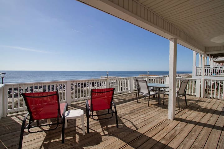 15% Off Winter Bookings! Oceanfront Cottage, Large Deck Overlooking Beach, Pet Friendly