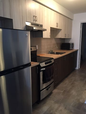 Lovely clean 1 bedroom apartment & easy parking - Montreal - Pis