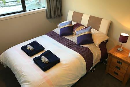 Cosy, modern/clean room, Skifield on the doorstep!