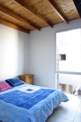 Habitación principal con cama doble y placard.