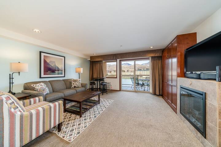 Grandview River View 636! Luxury Waterfront condo, sleeps up to 6!