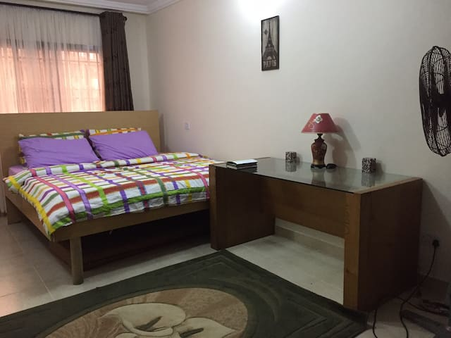 Homely and spacious room with king-sized bed - Lekki - Appartement