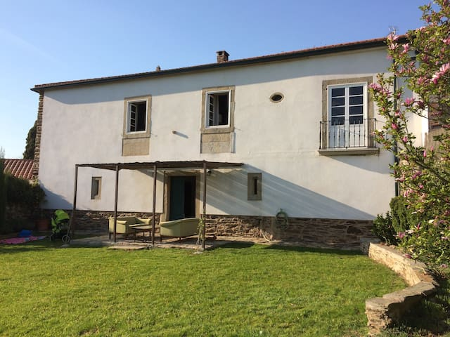Casa de piedra en aldea gallega