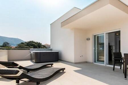 EXCLUSIVE PENTHOUSE WITH JACUZZI - Dubrovnik - Huoneisto
