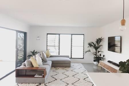 Beautiful new 4bed home near beach - Elanora - Rumah