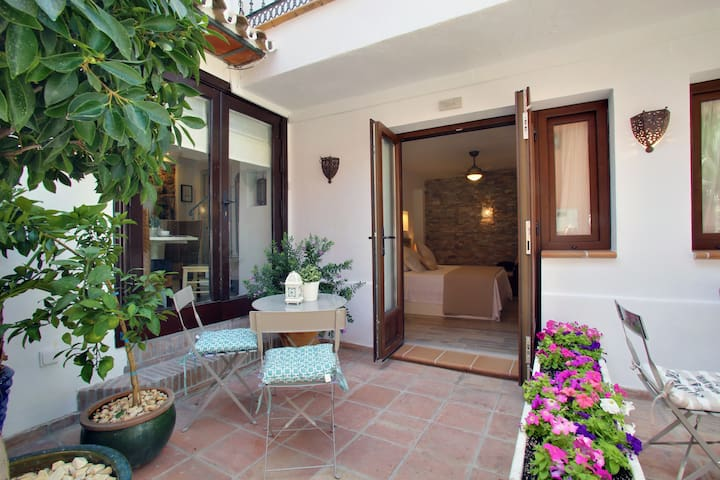 Independent courtyard  with access to guests breakfast room