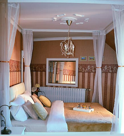 Romantic,canopy bed,corner bath