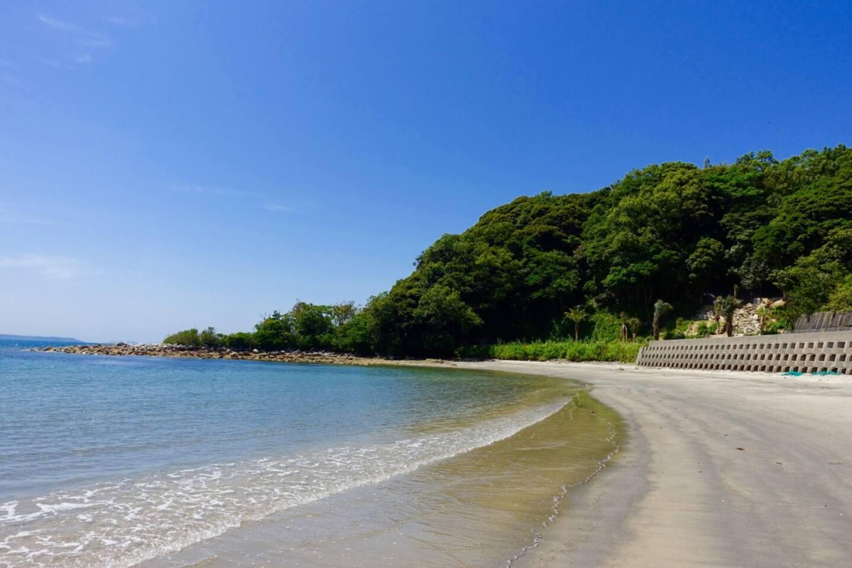 宿から歩いて5分のビーチは静かで癒される景色が広がっています