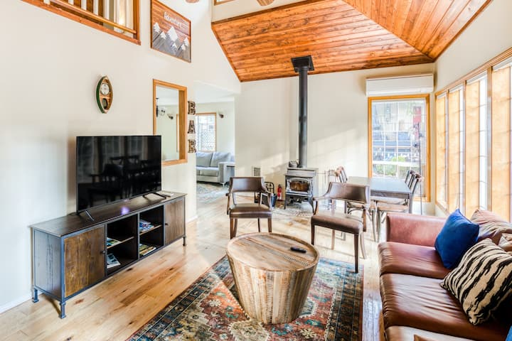 Adorable Woodsy Home Near Mt Hood W/ Free WiFi, Full Kitchen & Back Patio!
