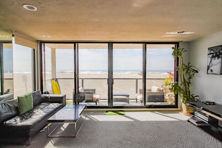 Beautiful OCEAN FRONT BEACH condo!