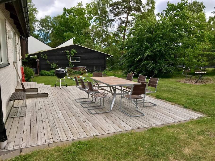 Stor trädgård med två olika uteplatser