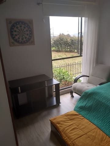 Habitación con closet  y baño de uso exclusivo