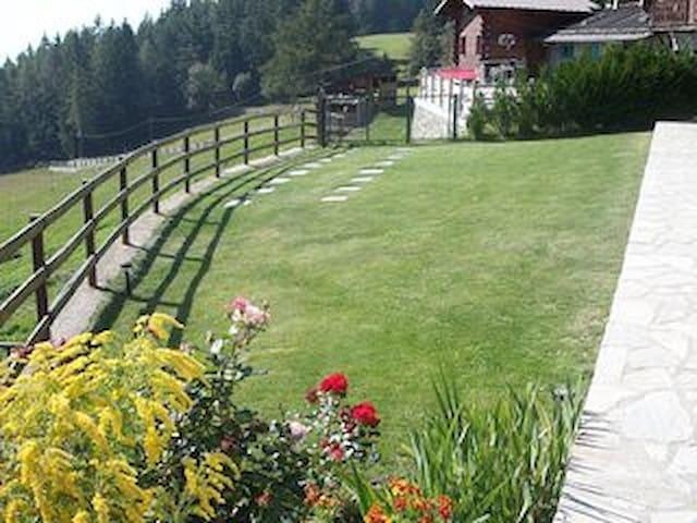Baita con vista mozzafiato e giardino recintato