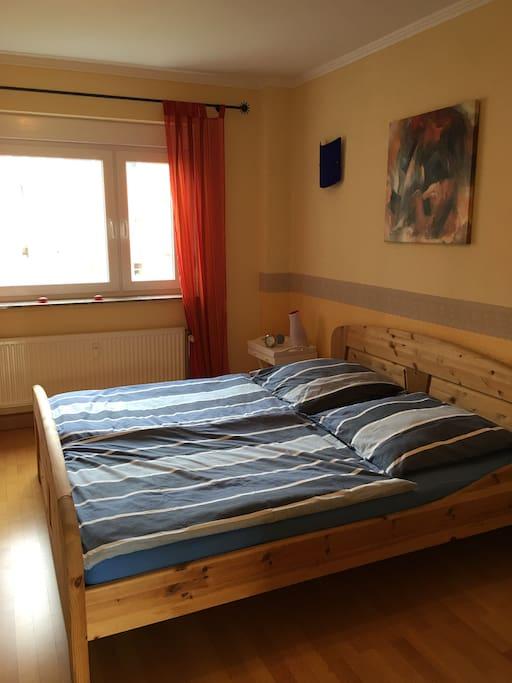 Schlafzimmer mit Doppelbett (1,80 m x 2,00 m)
