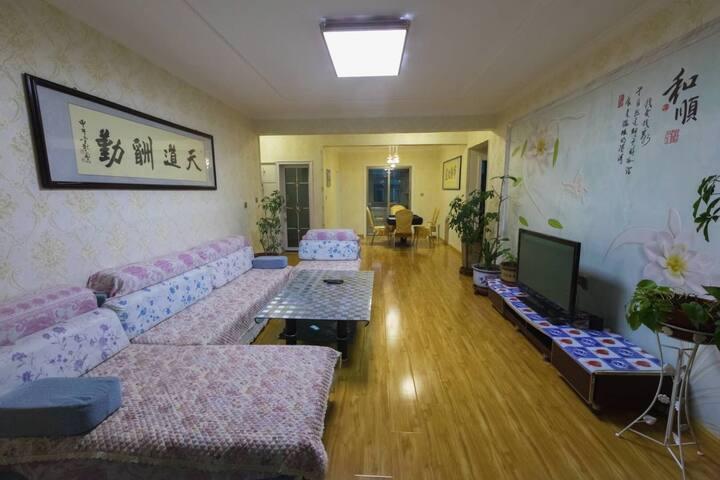阳光充沛的三居室两厅两卫一厨户型好,房子是138平米,欢迎带着家人入住民宿,(厨房不包括米油盐酱醋)
