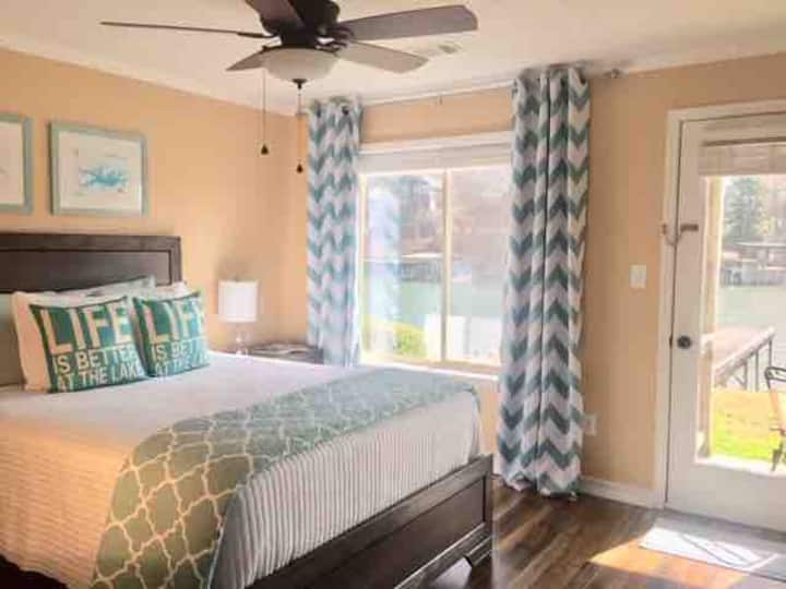 RELAX lakefront ⭐️ close to everything. Sleeps 5