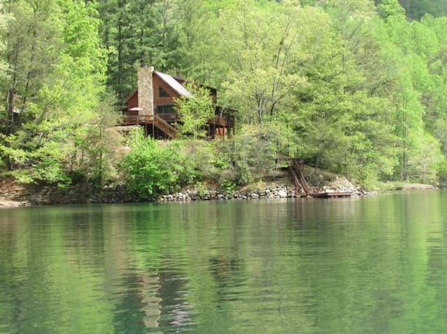Spacious Lakefront Lodge-3 Masters, Dock, Canoes, Rowboat, Firepit, Pool Table!