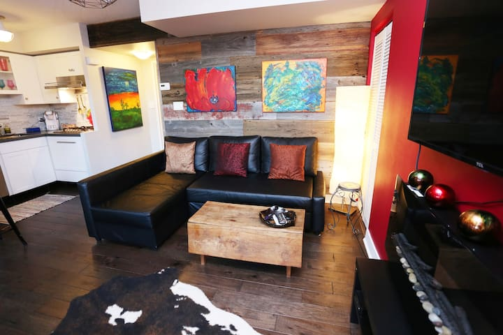 Beautiful, Artistic Liberty Village 1bdrm TownHome