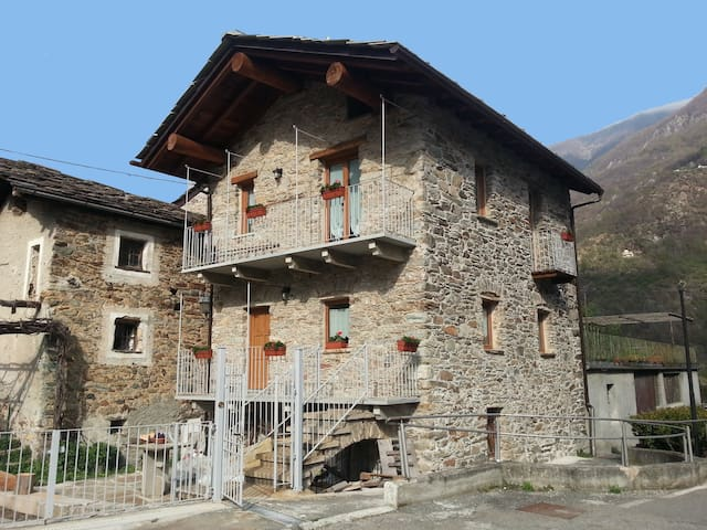 "Tipica casetta in pietra ""Maison Bellevue"" - Aosta Valley - House"