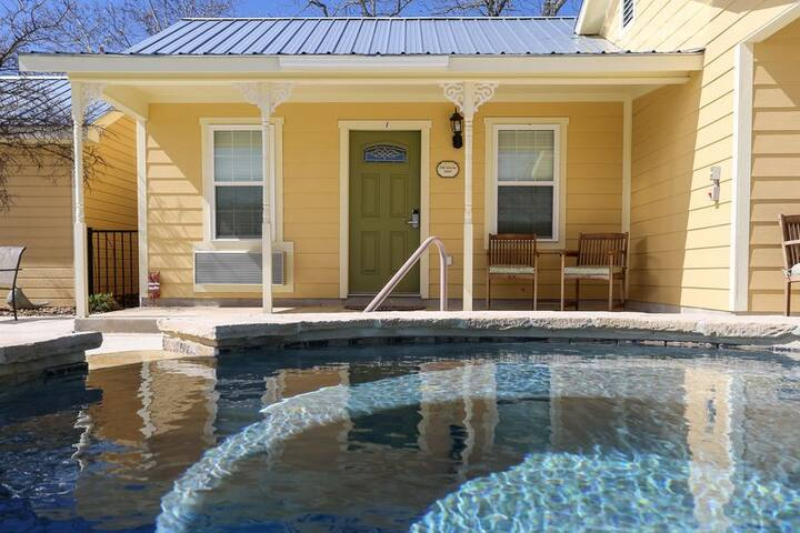 Main Street Retreat Cotswold Bungalow | King Bed | Shared Hot Tub/Pool