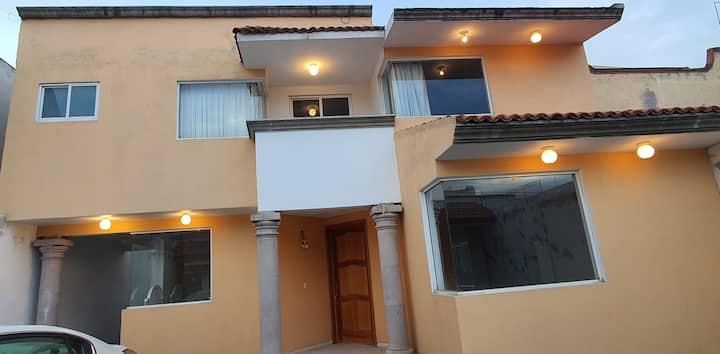 Habitaciones acogedoras de casa residencial.