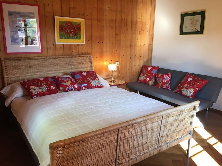 Eines der beiden Schlafzimmer mit der Klappcouch - Zusätzliche Schlafmöglichkeit für ein Kind