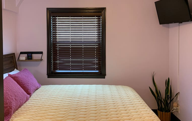 Intimate guest room near Blackstone District - #5