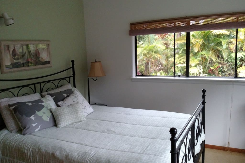 """""""Green Room""""-Queen bed/view of front lawn/gardens, share bathroom with shower/tub"""