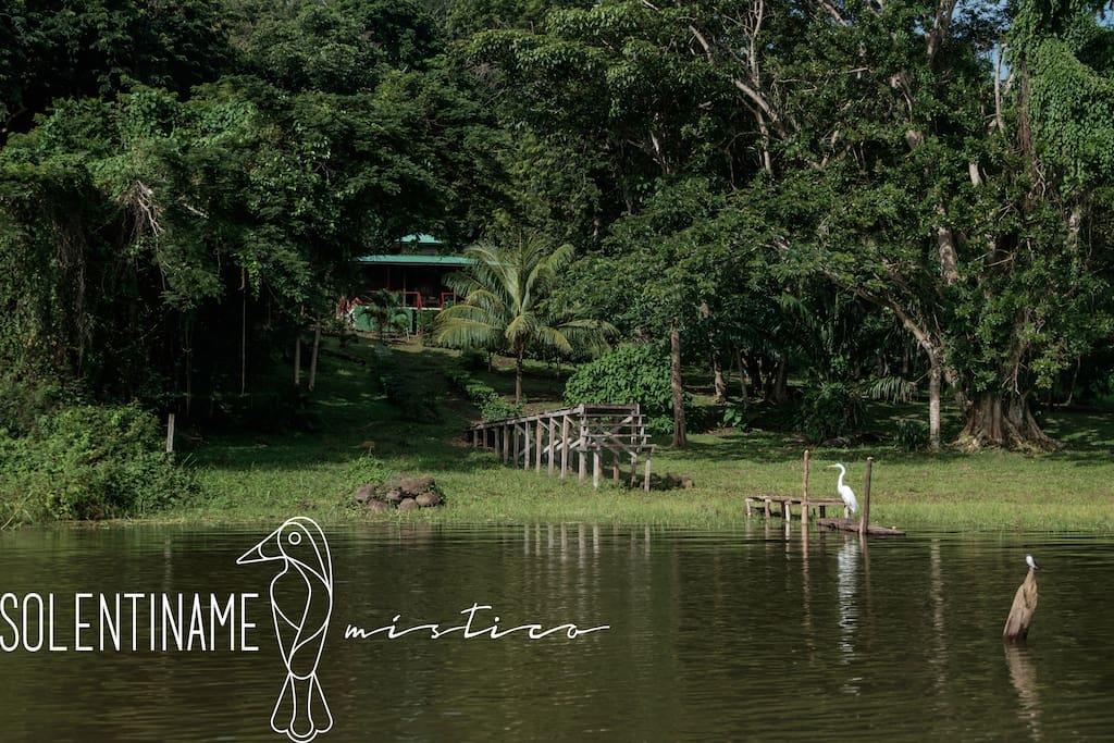 """Nuestra Cabaña """"Los Amigos"""" está ubicada en un pequeño paraíso llamado Isla San Fernando, parte del Archipiélago de Solentiname en el Lago de Nicaragua.    - Our log cabin """"Los Amigos"""" is located in a little paradise named San Fernando Island, and it's part of the Solentiname archipelago in the Nicaragua Lake."""